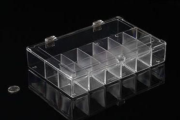 Eckige Kunststoffbox mit Klappdeckel, Schnappverschluss und Unterteilungen, 24cm x 16cm x 4cm